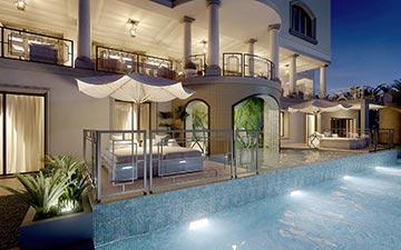 Image de synthèse en 3D d'une piscine de villa de nuit